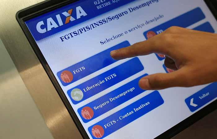 tablet com sistema para solicitar empréstimo FGTS caixa