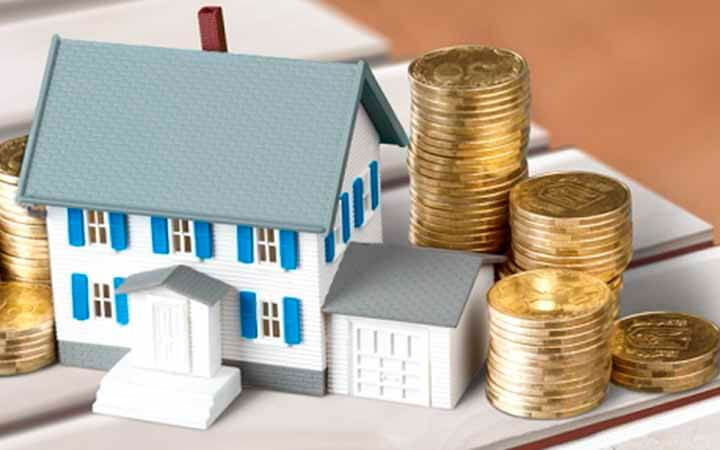 dinheiro e uma casa em miniatura representando o empréstimo com garantia de imóvel