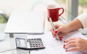 pessoa analisando como negociar pendências financeiras