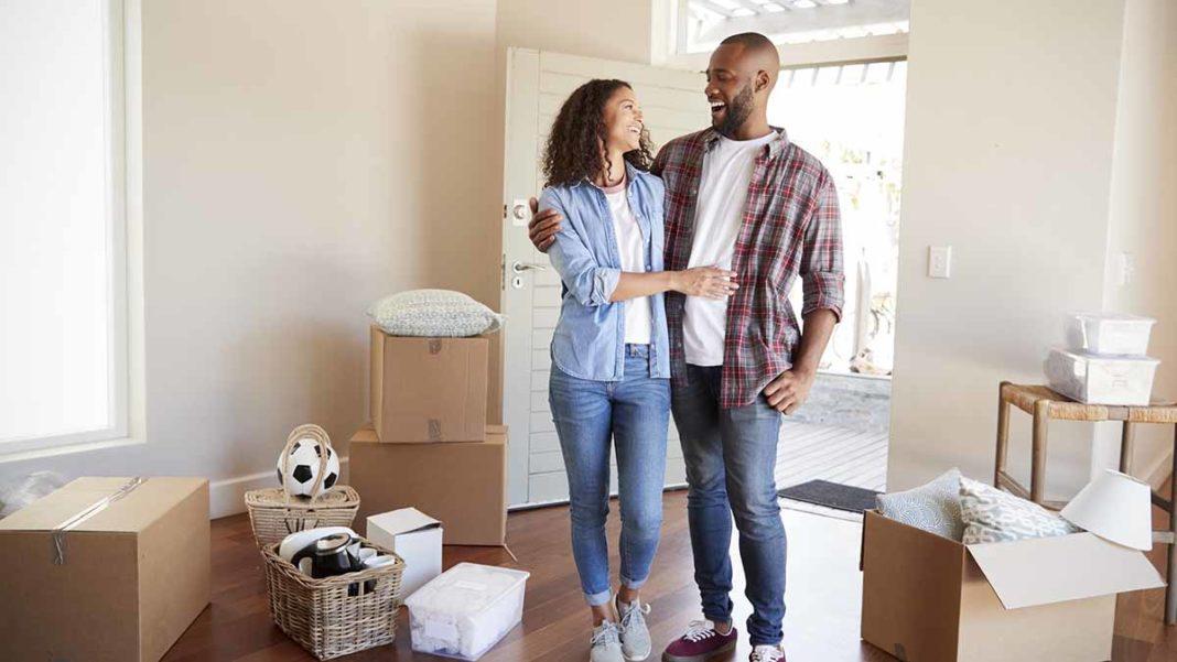 casal comemorando por ter conseguido e entendido consorcio imobiliário, como funciona