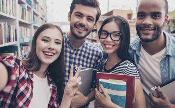 Jovens felizes fazendo faculdade com FIES ou PRAVALER