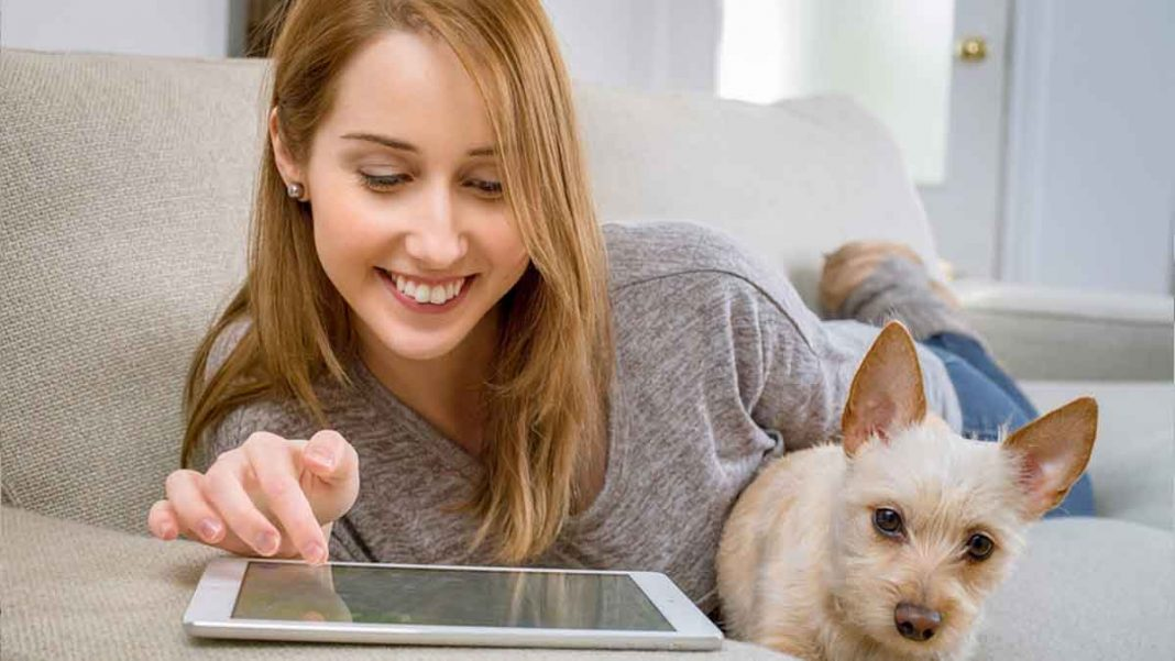 mulher feliz lendo no tablet a matéria de empréstimo pessoal online