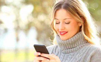 mulher com celular na mão lendo sobre como contratar empréstimo pessoal