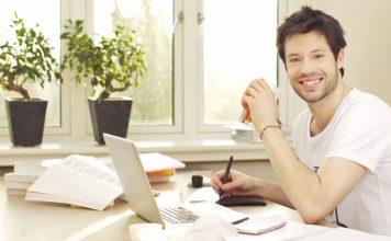 homem feliz quando descobriu as situações para contratar empréstimo pessoal online