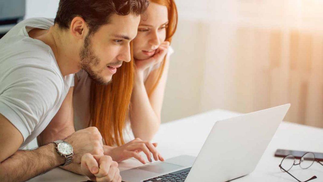 casal estudando no notebook propostas de empréstimo pessoal online