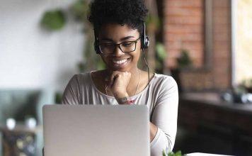 pessoa no computador lendo sobre empréstimo pessoal