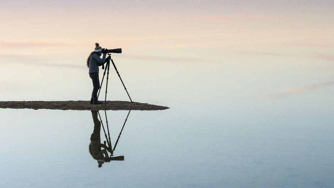 imagem de uma pessoa tirando foto com tripé em passeios fotograficos