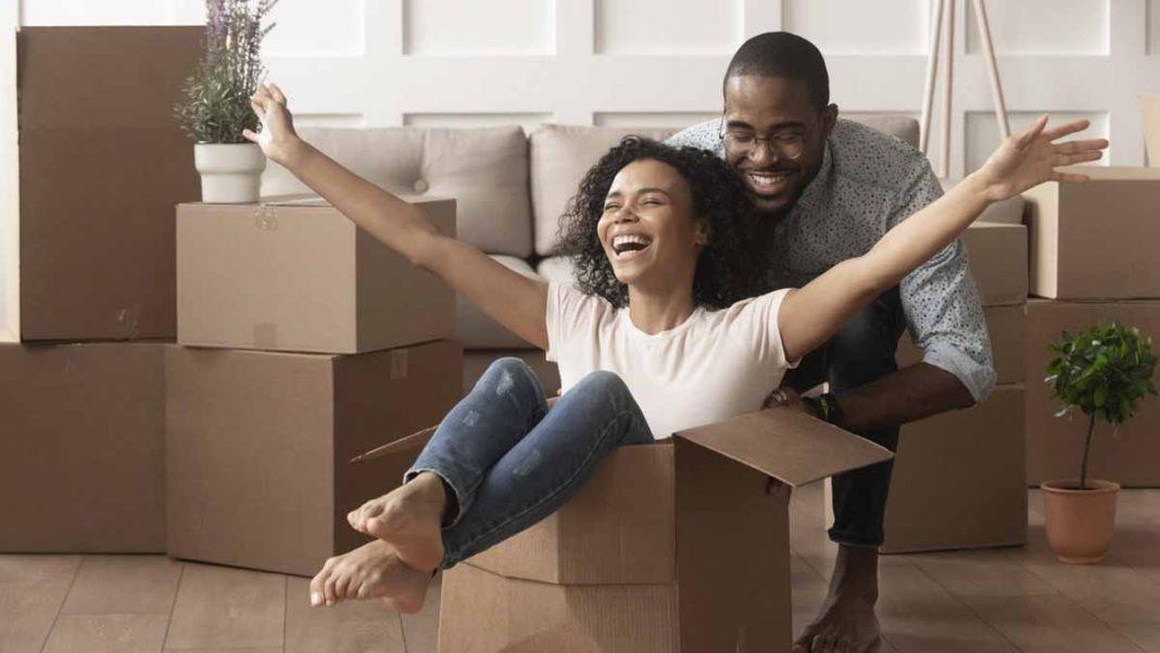 casal feliz com empréstimo consignado