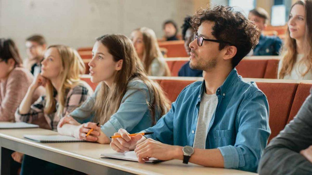 Estudantes representando a prova do ENEM 2019