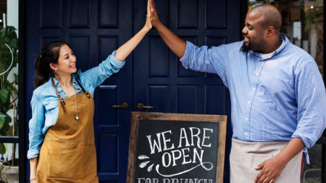 casal feliz comemorando abrir o próprio negocio com empréstimo pessoal online