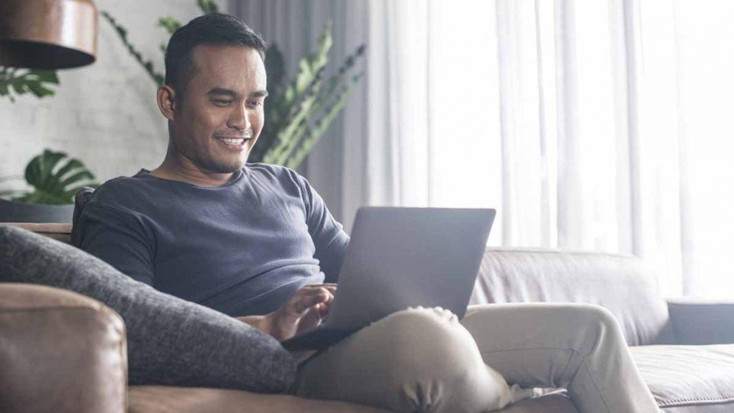 Pessoa feliz aprovada em um empréstimo pessoal online