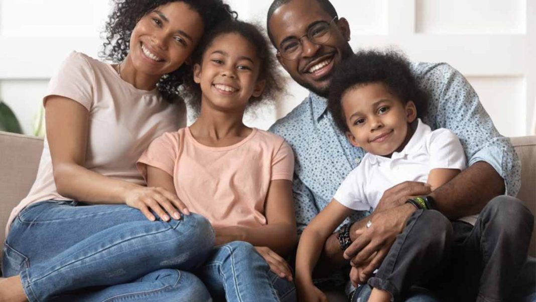 familia feliz diante de um cenário financeiro tranquilo