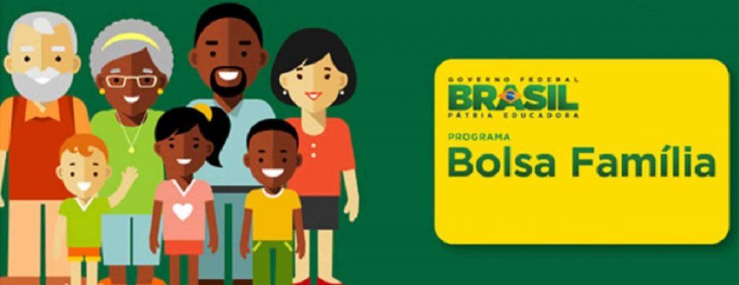 calendário bolsa família 2020 pagamento sera de acordo com final do nis, Desenho de uma família de sete pessoas sendo 4 adultos e três crianças, todos sorrindo ao lado de um cartão do bolsa família.