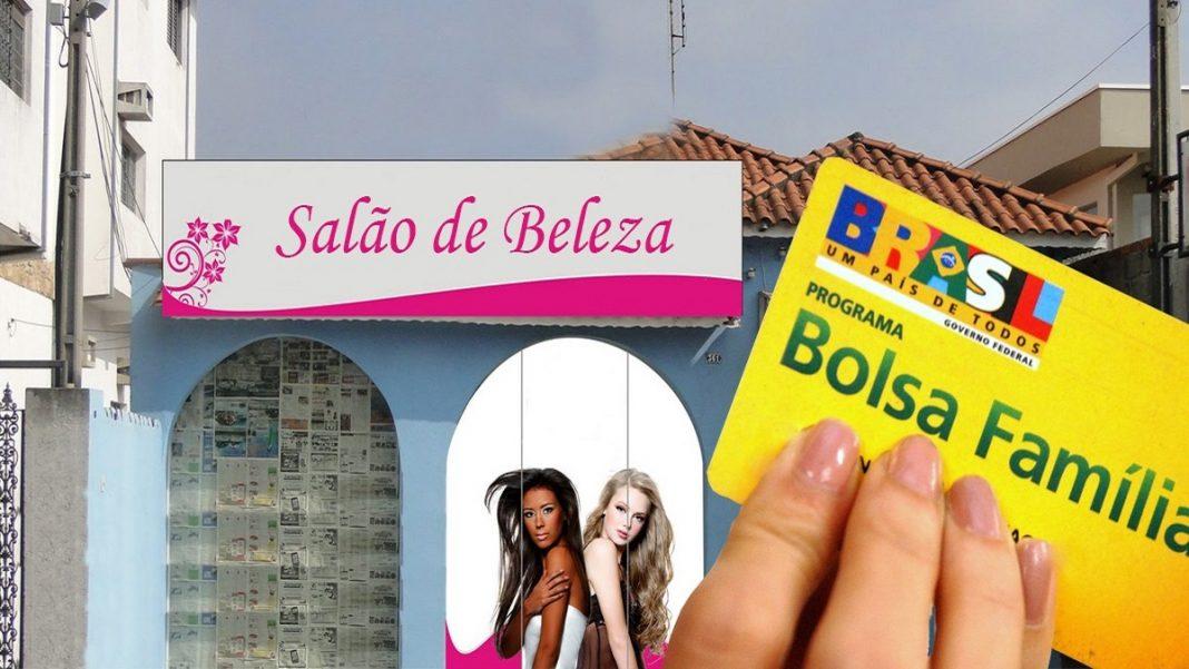 Uma mão segurando o cartão do Bolsa Família na frente de um salão de beleza, Empréstimo bolsa família 2020 como funciona quem pode contratar e taxa de juros